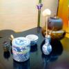 「茶婚式」とは… 茶婚式とは、お茶の世界の「一期一会」の精神から生まれたと言われております。 お茶の流派によって作法の違いは勿論ですが、その土地、土地によっても若干の違いがあるのも事実です。 茶婚式には日本各地に、いろいろと諸説が存在しております。 もっとも信憑性が有ると言われるのが、次の述べる説と言われております。 今をさかのぼること428年前、天正14年(西暦1586年)に宇喜多直家の次男であり、豊臣秀吉の猶子、宇喜多秀家と、前田利家の四女で同じく豊臣秀吉の養女の豪姫の婚儀がなされ、二人の婚儀が茶婚式の最初と伝えられています。豊臣家安泰を望む秀吉にとって、大変に大きな勢力を持つ宇喜多家、前田家との縁を結んだ事をことのほか喜ばれたそうです。